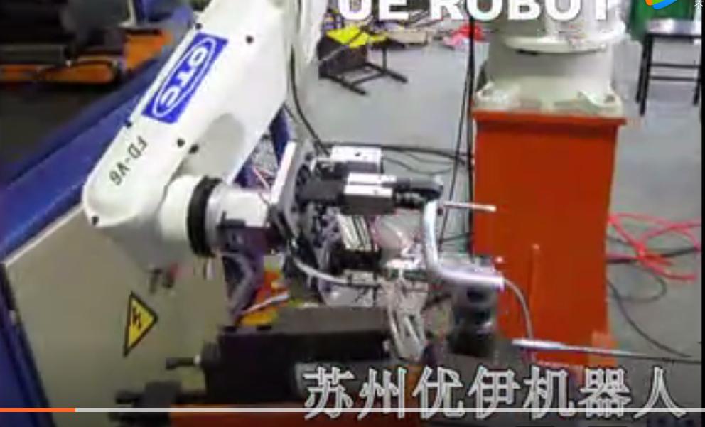 OTC机器人对弯管机进行穿芯上料作业