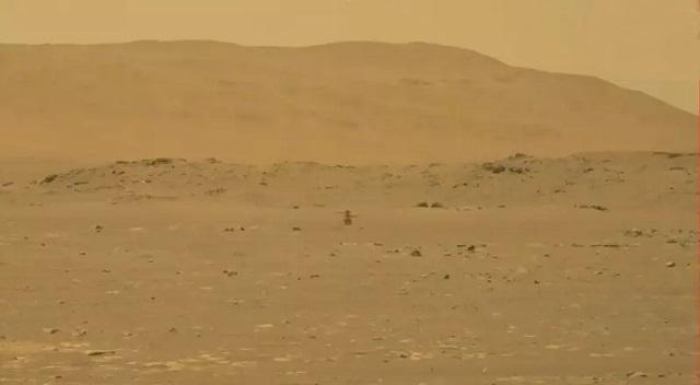 美国无人直升机机智号完成火星表面首飞